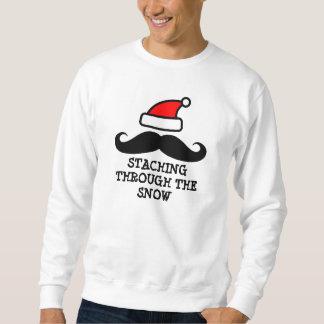 Staching a través del suéter del navidad de la