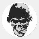 Stalhelm del cráneo de la muerte etiqueta redonda