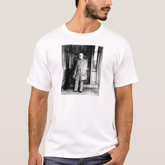 Standing Portrait of General Robert E. Lee T-Shirt