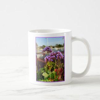 Statice púrpura florece la taza