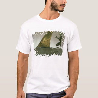 Statue of King Taharqa worshipping the falcon-god T-Shirt