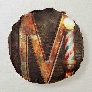 Steampunk - alfabeto - M está para el bigote Cojín Redondo