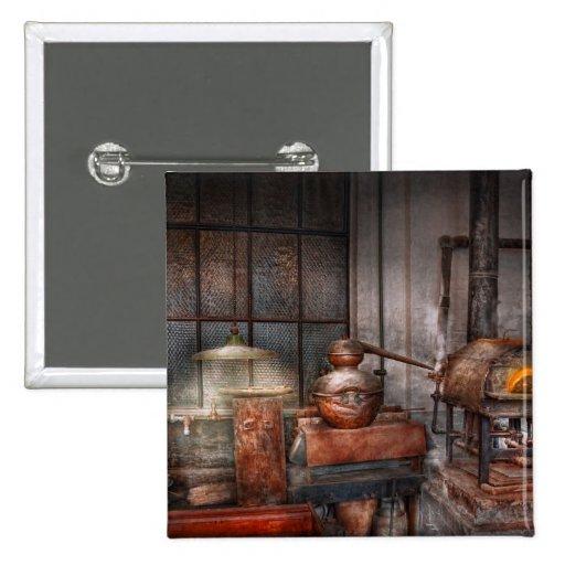 Steampunk - destilería privada pin