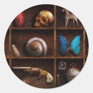 Steampunk - una caja de curiosidades pegatina redonda