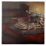 Steampunk - una máquina de escribir vieja crujient azulejo cerámica