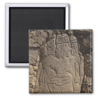 Stela que representa a un guerrero que detiene a u imán cuadrado