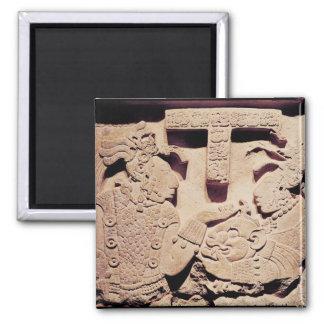 Stela que representa a una mujer que presenta una iman