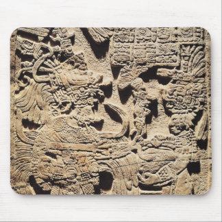 Stela que representa un alto sacerdote y a una muj alfombrillas de raton