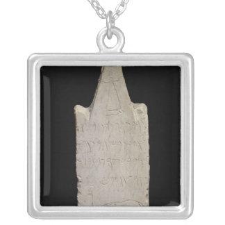 Stela votivo con un elefante, de Cartago Colgante Cuadrado