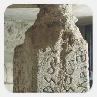 Stele con el texto de una ley sagrada calcomania cuadradas personalizada