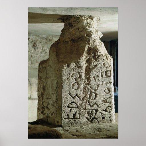 Stele con el texto de una ley sagrada póster