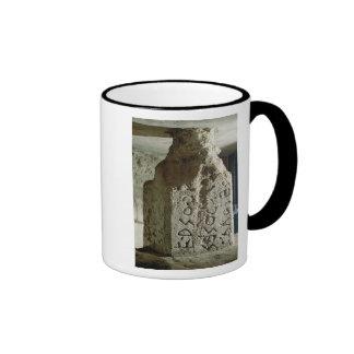 Stele con el texto de una ley sagrada taza de café