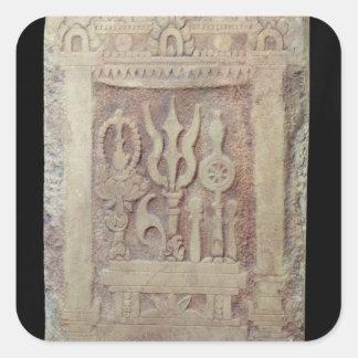 Stele del Brahman que representa el Trimurti Calcomanía Cuadradase