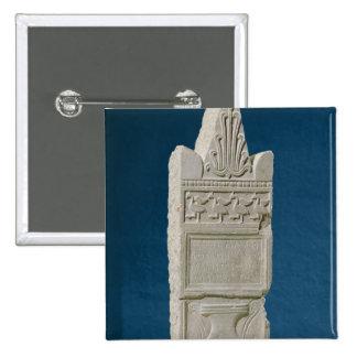 Stele votivo con un frontón triangular pin cuadrado