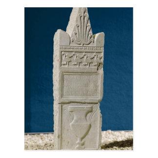 Stele votivo con un frontón triangular postales