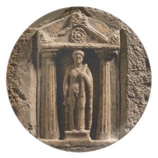 Stele votivo del mármol y de la piedra arenisca co plato para fiesta
