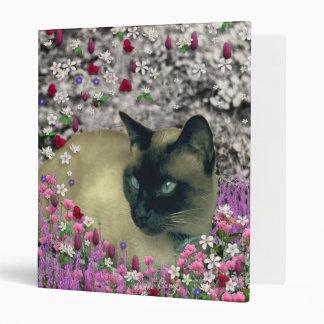 Stella en flores I - gato siamés poner crema del c
