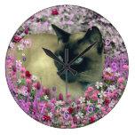 Stella en flores I - gato siamés poner crema del c Reloj De Pared