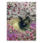 Stella en flores I - gato siamés poner crema del Postal