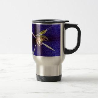 Stempel auf Lila Kaffeetassen