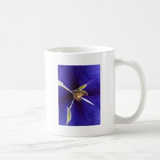 Stempel auf Lila Tee Tasse