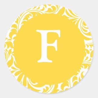 Sti amarillo de la invitación de los monogramas pegatina redonda