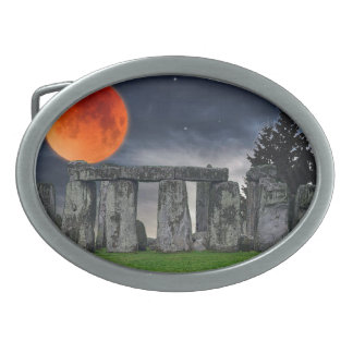 Stonehenge antiguo y Luna Llena roja mística Hebillas De Cinturon Ovales