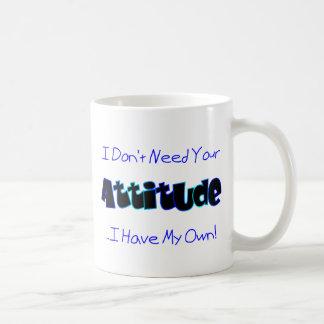 Su actitud (azul) taza básica blanca