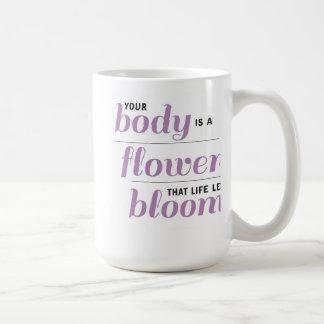 Su cuerpo es una taza de la flor