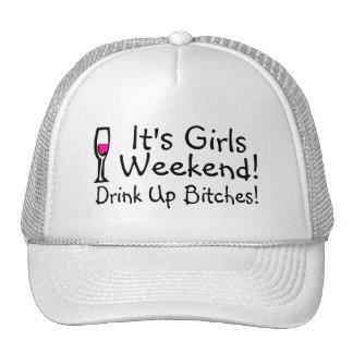 Su fin de semana de los chicas bebido encima del v gorros