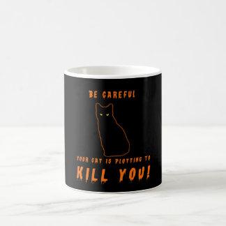 Su gato está trazando matarle tazas de café