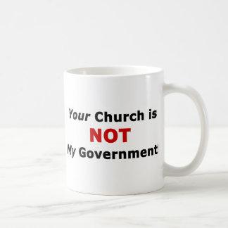 Su iglesia no es mi gobierno taza clásica
