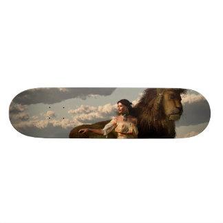 Su león del mascota tabla de patinar