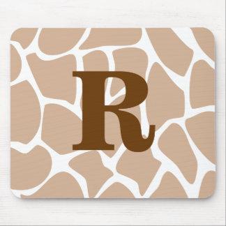 Su letra. Diseño de encargo del estampado de giraf Tapetes De Raton