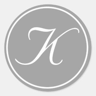 Su letra, gris inicial de encargo del monograma K Pegatina Redonda