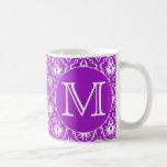 Su letra. Modelo púrpura y blanco del damasco Taza