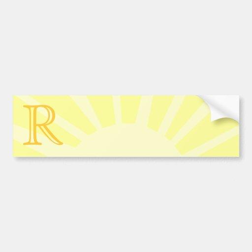 Su letra. Monograma amarillo de encargo del rayo d Etiqueta De Parachoque
