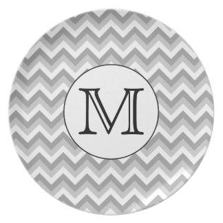 Su letra. Monograma gris del modelo de zigzag Platos De Comidas