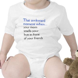 Su mamá huele su extremo traje de bebé