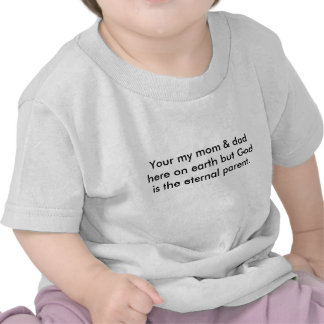 Su mi mamá y papá aquí en la tierra pero dios es… camisetas