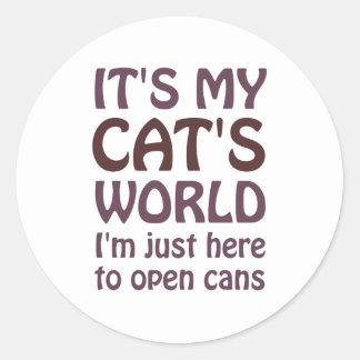 Su mi mundo de los gatos - apenas abro las latas pegatina redonda
