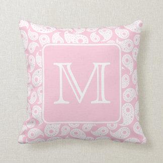 Su monograma de la letra. Modelo rosado de Paisley Cojín