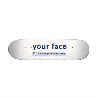 su monopatín de la cara mini