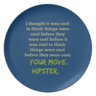 Su movimiento, Hipster. Plato