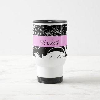 Su nombre - remolinos, flor - rosa blanco negro taza de viaje
