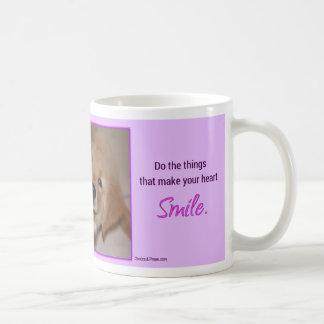 Su perrito del golden retriever de la sonrisa del taza de café