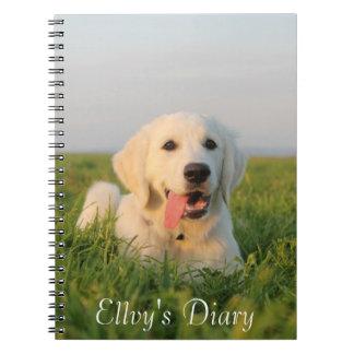 Su perrito lindo en un cuaderno espiral