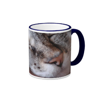 Su taza de café de la nariz
