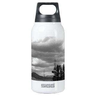 Su todo alrededor naturaleza botella isotérmica de agua