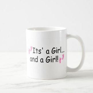 Su un chica y chicas de un gemelo del chica tazas de café